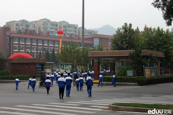 舜耕中学校园大门